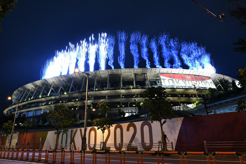 Les feux d'artifice illuminent le stade olympique de Tokyo à l'ouverture officiel, le 23 juillet 2021