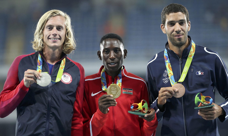 Le kenyan Conseslus Kipruto (au centre) est champion olympique de 3000 mètres steeple. Le français Mahiedine Mekhissi (à droite) a décroché le bronze à Rio, le 1 août 2016.