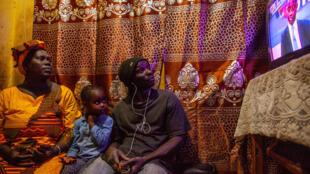 Une famille sénégalaise suit la soirée électorale à la télévision, à Dakar, le 24 février 2019.