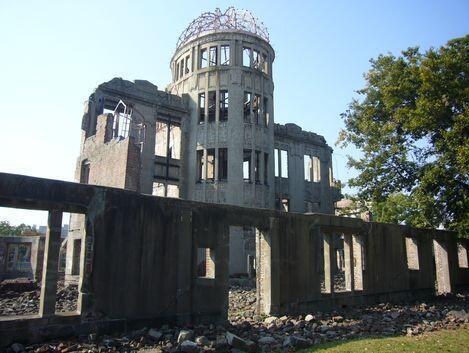 Đài tưởng niệm Hòa bình tại Hiroshima, hay nhà mái vòm Genbaku, tòa nhà duy nhất còn trụ được gần nơi nổ trái bom nguyên tử, ngày 06/08/1945.