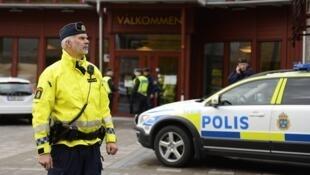 瑞典警察在街上执勤