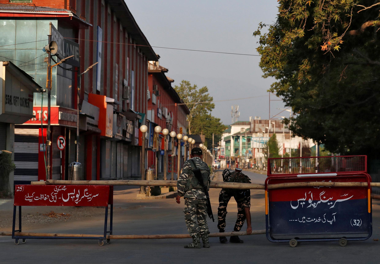 Cảnh sát Ấn Độ lập rào cản trên một con phố ở Srinagar, vùng Cachemire (Ấn Độ), ngày 05/08/2020.