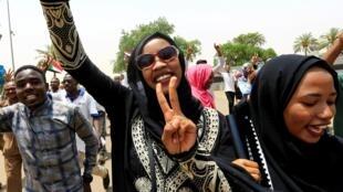 Des Soudanaises célèbrent la signature de la déclaration constitutionnelle, le 4 août 2019 à Khartoum.