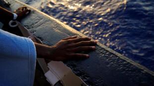 Os imigrantes foram trazidos de países africanos e são explorados como mendigos na França.