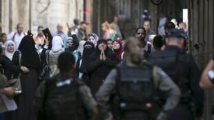 Des femmes ont manifesté aux cris de «Allah Akbar» («Dieu est le plus grand»), car, comme la plupart des Palestiniens depuis trois jours, elles ne peuvent accéder librement à la mosquée.