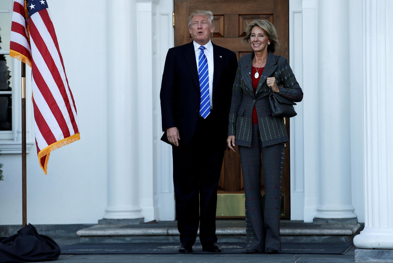 O presidente eleito dos Estados Unidos, Donald Trump, designou nesta quarta-feira duas mulheres para seu futuro gabinete, a bilionária Betsy DeVos( foto) para secretária da educação e a governadora pela Carolina do Sul, Nikki Haley.