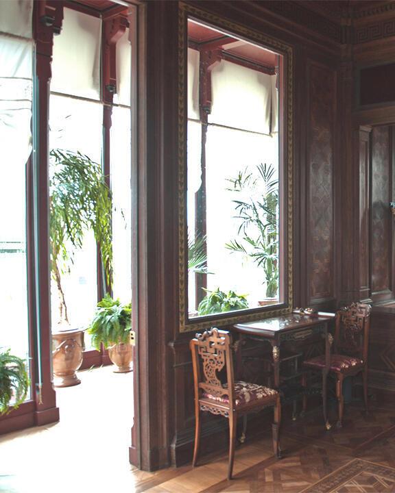Lối thiết kế bên trong Ngôi nhà Ấn Độ đều được làm bằng gỗ, với nhiều họa tiết chạm trỗ khá tỉ mỉ