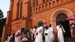 Des membres de la communauté catholique centrafricaine, devant la cathédrale de Bangui, après une messe de Noël célébrée ce mardi 24 décembre.