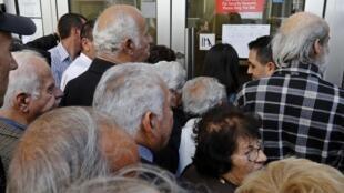 塞浦路斯銀行關閉12天後,2013年3月28日重新對顧客開放提款。