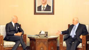 O enviado especial da ONU para a Síria, Staffan de Mistura (e), se reuniu com o ministro sírio das Relações Exteriores, Walid Muallem (d), em Damasco