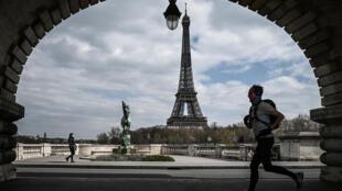 Un homme fait son jogging sous le pont Bir-Hakeim à Paris, le 2 avril 2020