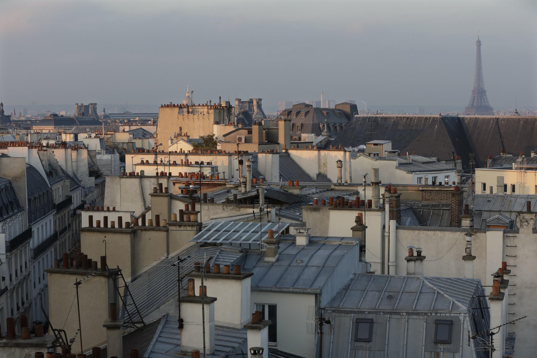 Khoảng 80% mái nhà Paris được lợp bằng kẽm với màu xám đặc trưng như hòa vào màu trời.