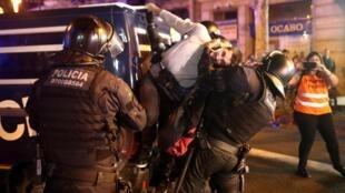 Arrestation lors d'une manifestation à Barcelone, le 15 octobre 2019.