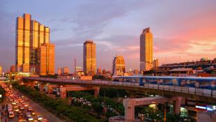 Un coucher de soleil spectaculaire à Bangkok, montrant le skytrain et le Thanon Naradhiwas Rajanagarindra, pris du coin de Thanon Silom, avec l'Empire Tower et la station BTS Chong Nonsi sur le côté gauche, le 4 juin 2004.