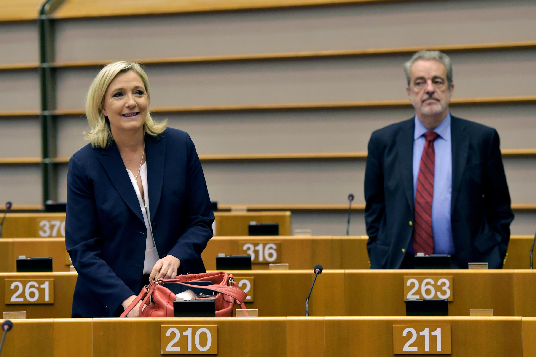 Marine Le Pen, líder do partido político Frente Nacional de extrema-direita da França, chega para sessão plenária no Parlamento Europeu. Bruxelas, Bélgica, 28 de junho de 2016.