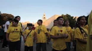 Des enfants sont rassemblés devant la basilique de la Nativité à Bethléem pour célébrer l'inscription de l'édifice au patrimoine de l'humanité.