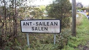 Un panneau bilingue anglais-gaélique sur l'île de Mull.