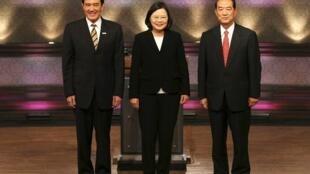 台灣2012總統大選首場電視辯論馬英九(左), 蔡英文(中)和宋楚瑜