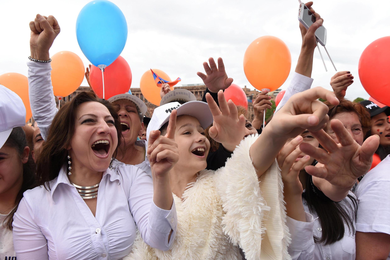 L'explosion de joie des partisans du chef de l'opposition Nikol Pachinian, après son élection par le Parlement au poste de Premier ministre, à Erevan, le 8 mai 2018.