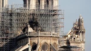 Vue de l'arrière de la cathédrale Notre-Dame après un violent incendie qui a dévasté une grande partie de la structure gothique à Paris, en France. Paris, le 18 Avril 2019.