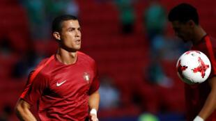 Mshambuliaji wa timu ya taifa ya Ureno Cristiano Ronaldo akicheza katika michuano ya  mabara inayoendelea nchini Urusi