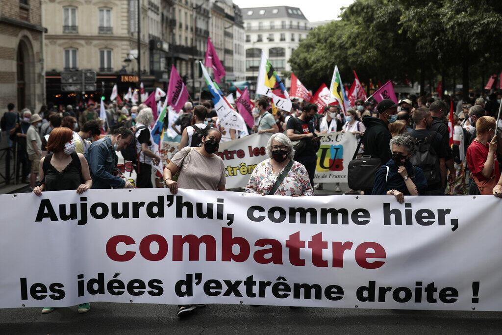 """Protestos foram realizados em 140 cidades francesas, para lembrar que, como diz o cartaz, """"hoje, como ontem, [é preciso] combater as ideias da extrema direita"""""""