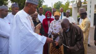 Gwamnan jihar Borno Farfesa Babagana Umara Zulum, da Dr. Akinbode da ya wa kyautar mota da kudi.