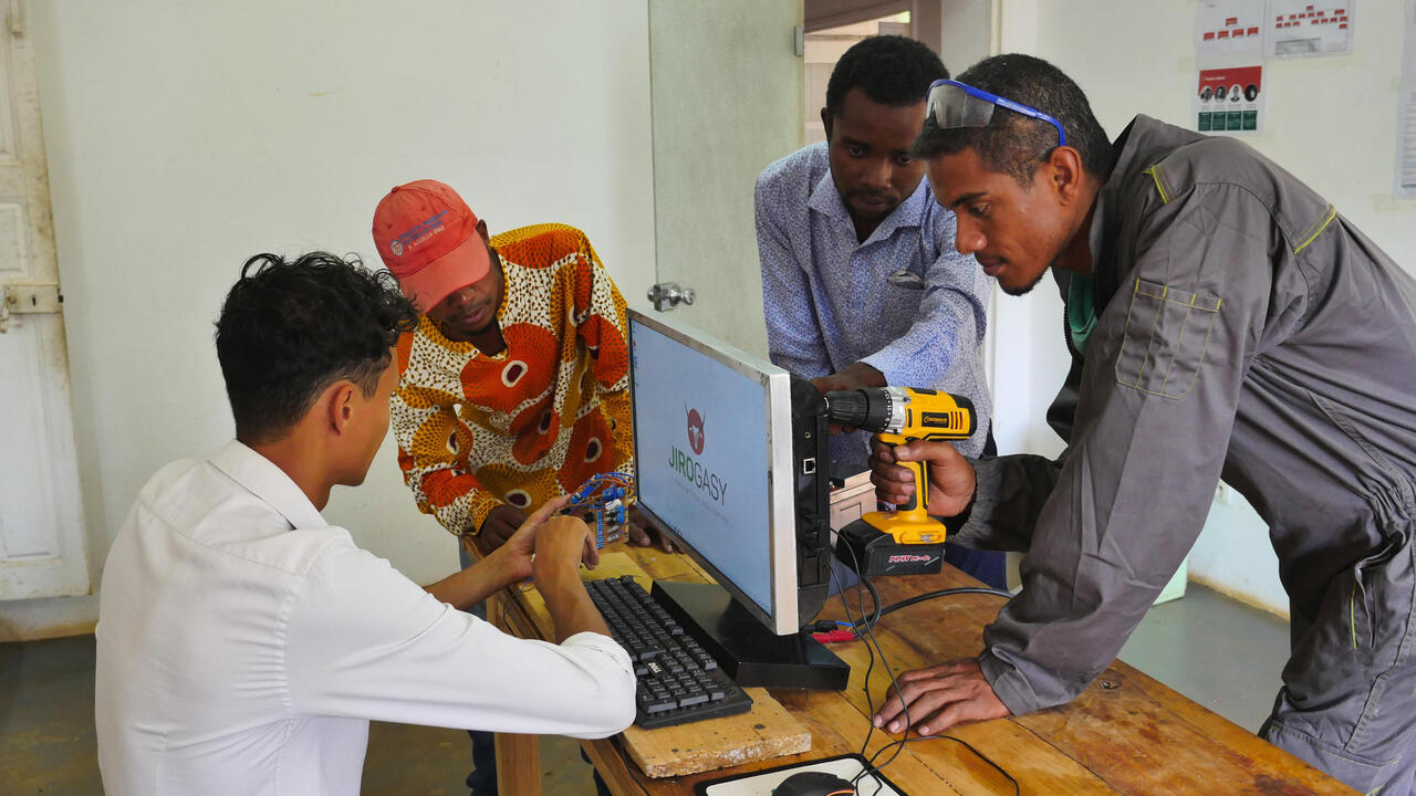 Afrique économie - Une start-up malgache conçoit le premier ordinateur 100% solaire - RFI
