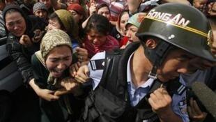 Foto de 7 de julho de 2009 mostra confrontos na cidade de Urumgi, em Xinjiang, de maioria uigur; conflitos violentos entre uigures e as forças da ordem acontecem com frequência na região.