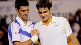 Novak Djokovic (kushoto) na Roger Federer