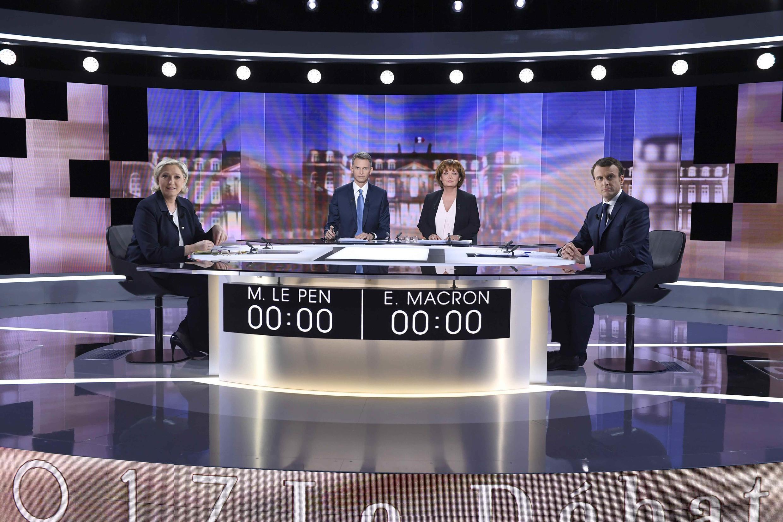 Marine Le Pen (à gauche) face à Emmanuel Macron (à droite) avant le début du débat de l'entre-deux tours.