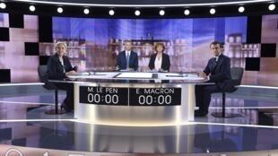 Marine Le Pen (à esquerda) Emmanuel Macron (à direita) antes do início do debate televisivo