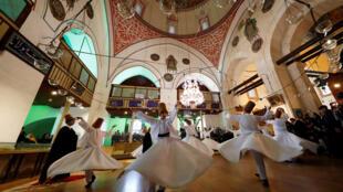 رقص سماع دراویش ترکیه در مقبرۀ مولانا در قونیه