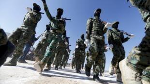 Na região de al-Anbar, combatentes sunitas participam de desfile.