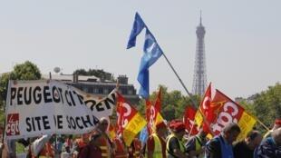 Nhân viên tập đoàn PSA Peugeot Citroen biểu tình, phản đối việc đóng cửa nhà máy ở Aulnay-sous-Bois. Ảnh ngày 25/07/2012.
