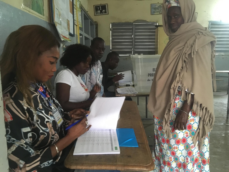 Des électeurs sénégalais le 24 février 2019 dans le quartier Biscuiterie à Dakar, pour l'élection présidentielle.