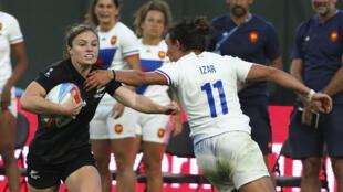 La Néo-Zélandaise Michaela Blyde passe devant la Française Shannon Izar, comme un symbole d'une finale à sens unique.