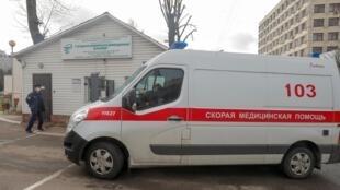 Машина скорой помощи у инфекционной больницы города Минска, 28 февраля 2020