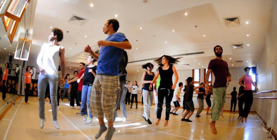 Ahmed el Gindy (à droite) et d'autres danseurs au sein du Centre chorégraphique de danse contemporaine du Caire.