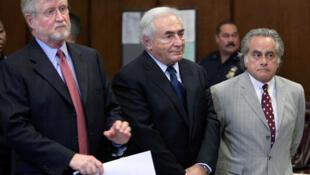 Dominique Strauss-Kahn (katikati) akiwa na wanasheria wake mahakamani mjini New York