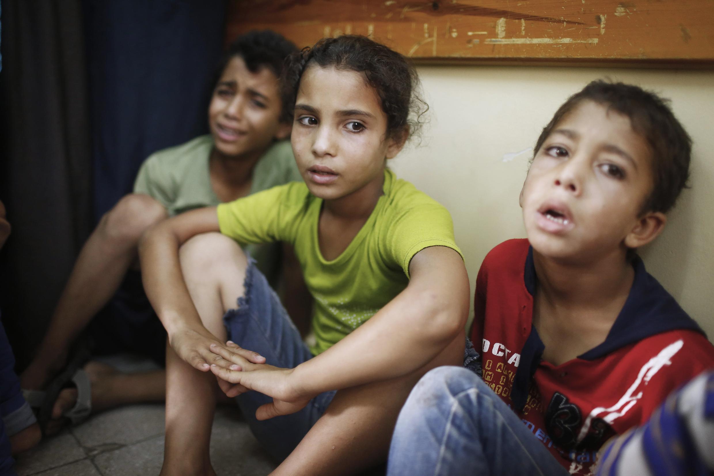 Des enfants palestiniens, à l'hôpital de Beit Hanoun, choqués après le bombardement.