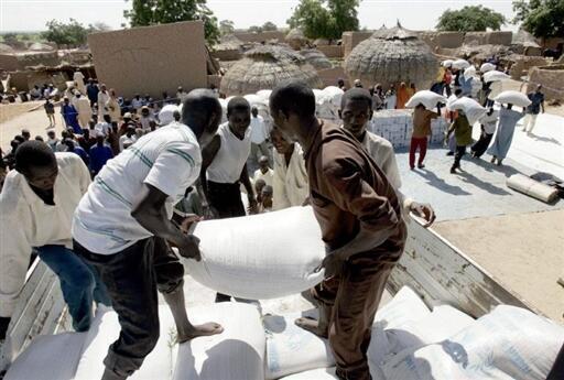 Distribuição de sacos de cereais pela ajuda alimentar na aldeia de  Doukoukoune, perto de Maradi, a 10 de agosto de 2005.