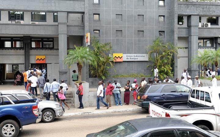 Watu wakiwa kwenye foleni kutoa pesa Benki jijini Libreville