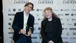 Emmanuel Mouret (Best Film) and Lisa Nesselson 26th Lumières film awards 2021 ©Moreau-Perusseau_Bestimage