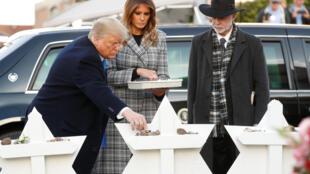 Tổng thống Trump và phu nhân đặt đá tưởng niệm trước giáo đường Tree of Life  tại  Pittsburgh, Pennsylvania, ngày 30/10/2018.