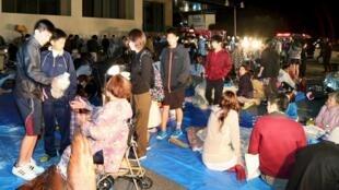 Moradores de Kumamoto esperam na rua, temendo réplica do tremor.