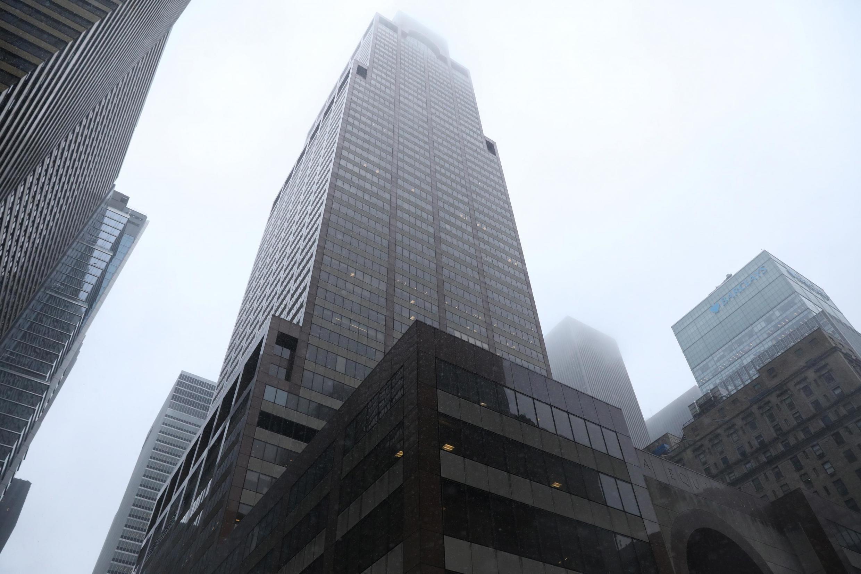 Helicóptero fez uma aterrissagem brutal no topo do edifício de 54 andares sob uma chuva torrencial e muita neblina