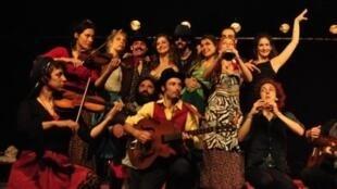 L'équipe du spectacle «Le Dindon» qui se joue au Théâtre 13, du 8 janvier au 17 février 2013.