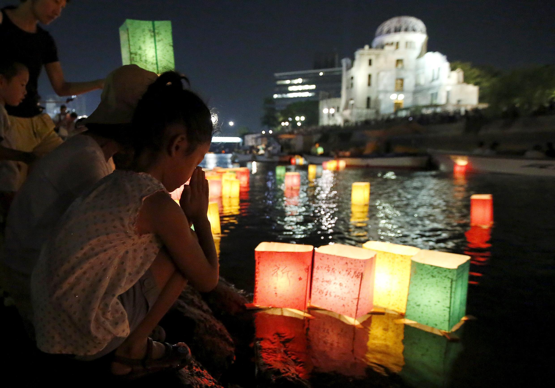 В день годовщины бомбардировки Хиросимы в Японии спускают на воду тысячи бумажных фонариков. Это не только символ поминовения погибших, но и призыв к миру - на фонариках написаны слова этого призыва.