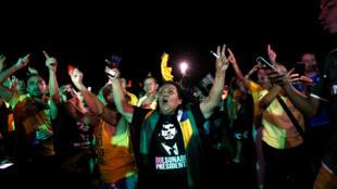 Des partisans de Jair Bolsonaro, à l'annonce des résultats du premier tour de l'élection présidentiel au Brésil, le 7 octobre 2018 à Brasilia.